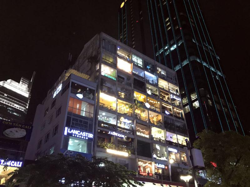 Dům na radničním bulváru Nguyen Hue č. 42 je plný balkonových barů.
