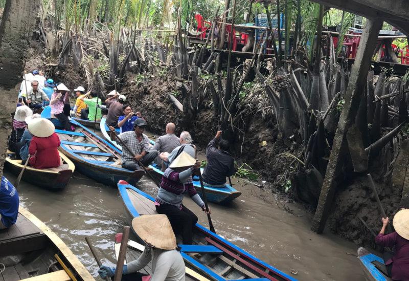 Vietnamští gondoliéři v kanálech na Mekongu.