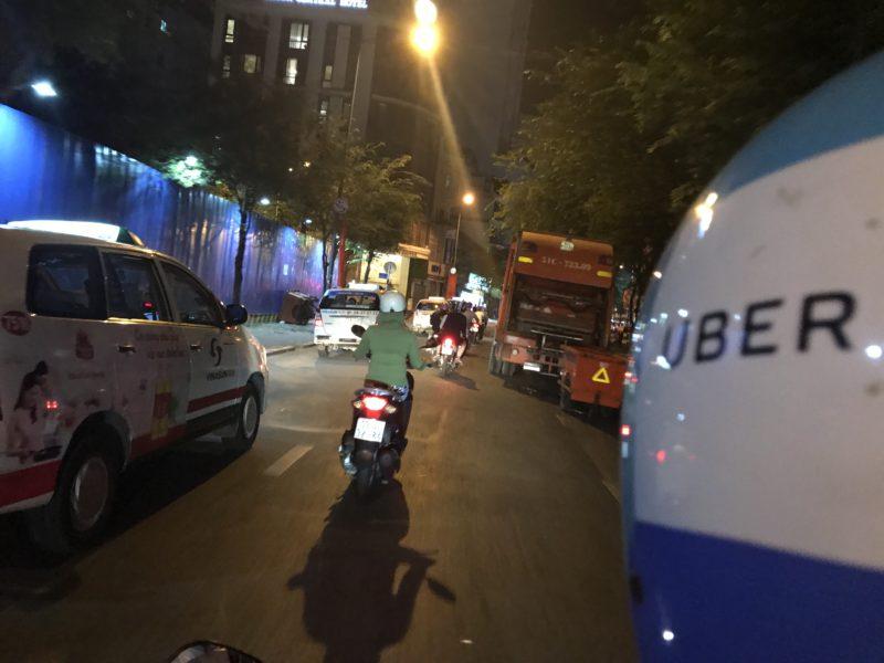 """Řidiči Uber moto mají slušivou modrobílou uniformu s jasným označením. Jejich regionální konkurence """"Grab"""" je zase zelená."""