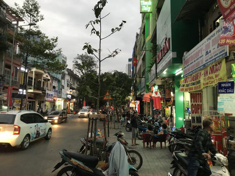 Typická saigonská ulice s obchody.