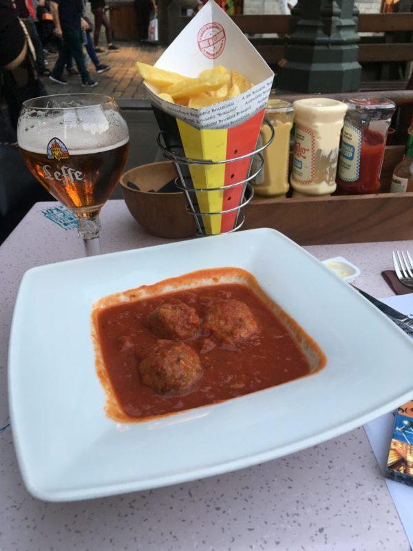 Belgické masové koule, belgické hranolky, belgické pivo :-)