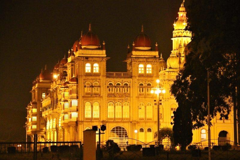 Večerně osvětlený palác. Nedělní nasvícení (či v den svátku) je ještě jiný level.