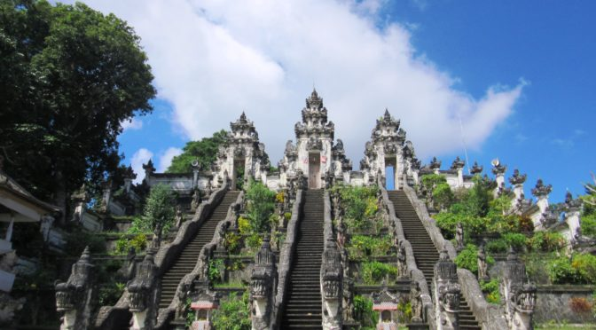 Chrám v oblacích. Pura Lempuyang, Bali