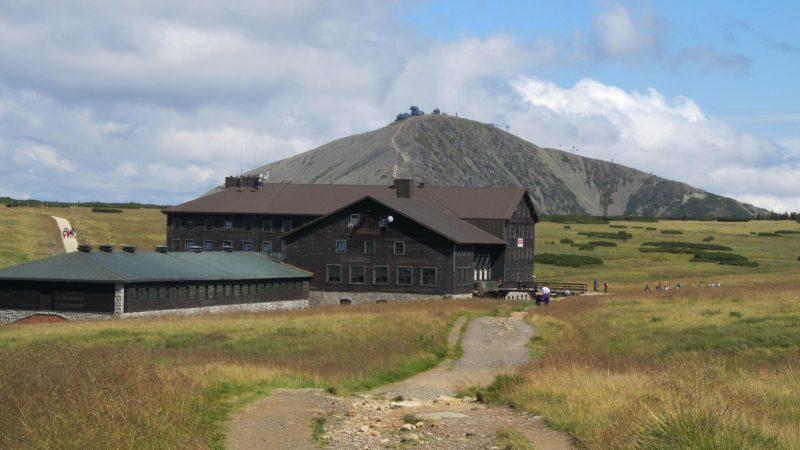 Letní výlety po Krkonoších: Pohled na Sněžku z Luční boudy
