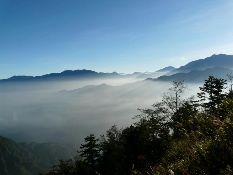 Ranní pohled z vyhlídky, Alishan, Taiwan