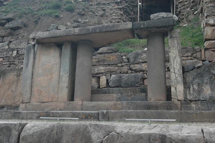 Chavín de Huantar - dokonale zpracované sloupy