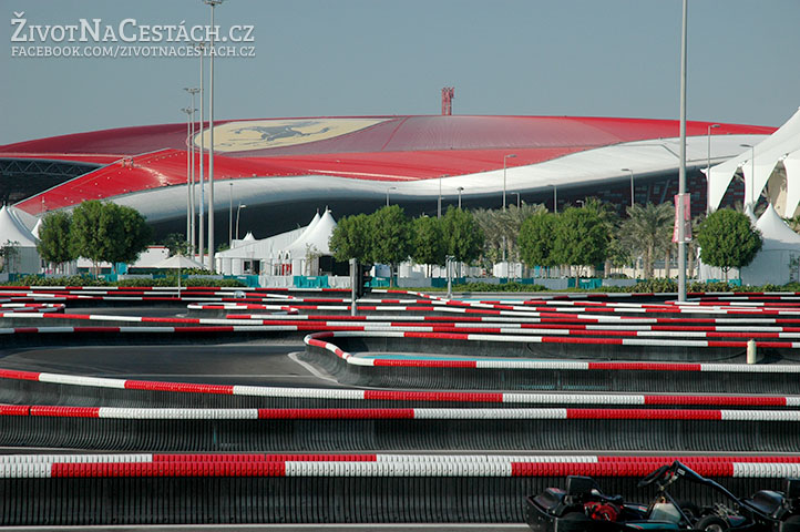 Pohled na Ferrari World od fantastického závodní okruhu pro motokáry