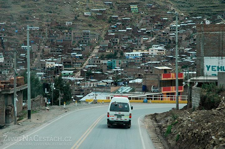 Jezero Titicaca - příjezd do města Puno