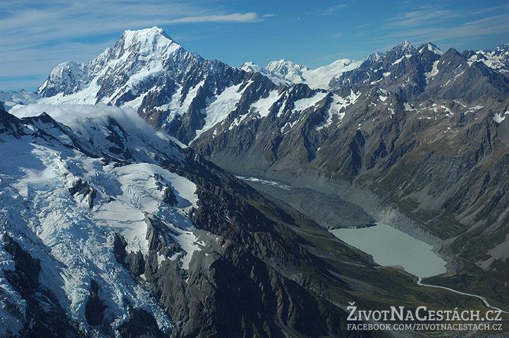 Pohled na ledovcové jezero - Mount Cook National Park z vrtulníku