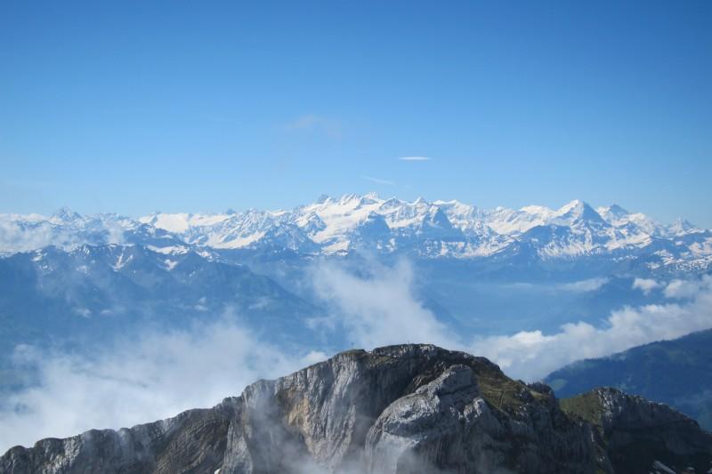 Výhled směrem ke známým vrcholům Eiger, Mönch a Jungfrau