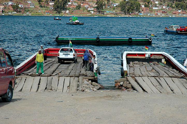 Jezero Titicaca, Bolívie - tak na tyto dřevěné bárky se vydal náš řidič najíždět s autobusem.