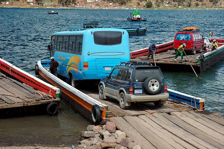 Jezero Titicaca, Bolívie - původně jsem si myslel, že jde o špatný žert, když řidič autobusu řekl, že jde najíždět na trajekt, ale když později řidič SUV zatroubil, ať se autobus posune, že se k nám ještě přidá...