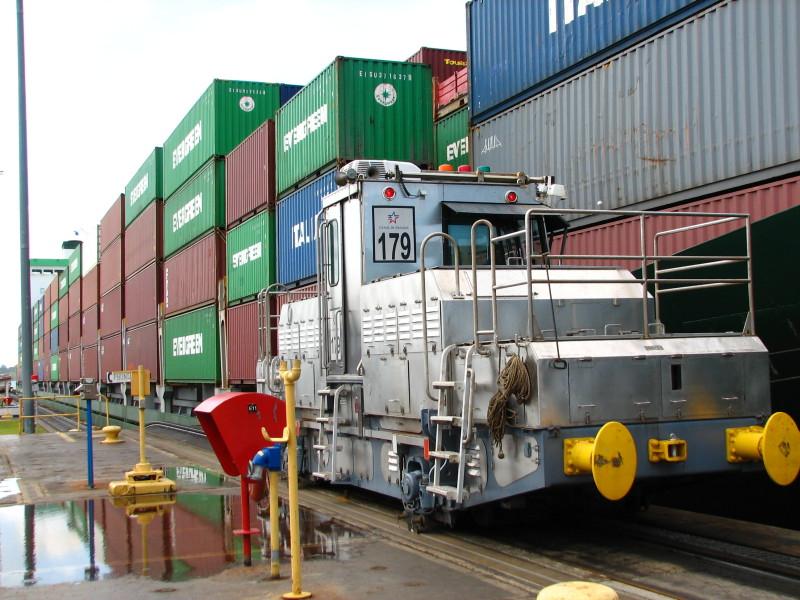 Každou loď obvykle táhnou 4 takovéto lokomotivy, na každé straně 1 vzadu a 1 vepředu