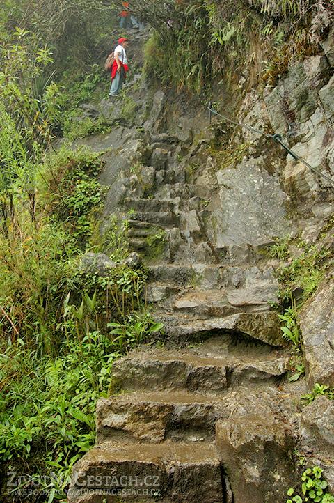 Huayna Picchu - ukázka schodů vytesaných do kamene při výstupu