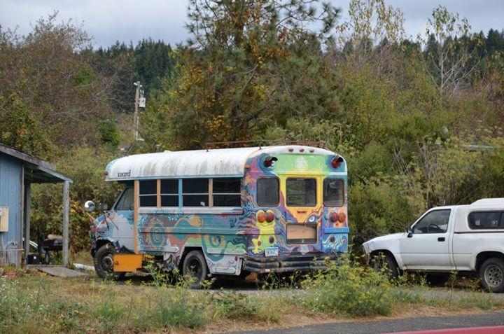 Hippiebus - podobných dávno nepojízdných vozítek najdete v Kalifornii požehnaně