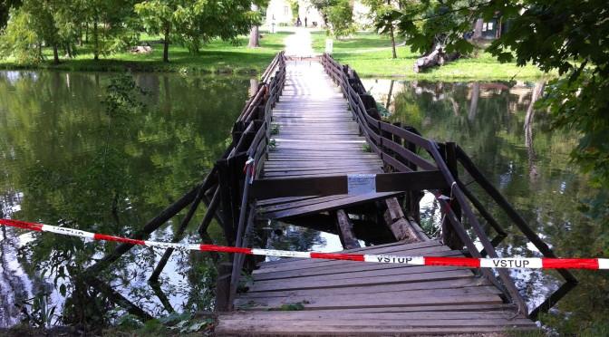 Spadlý most na cestě na Janův hrad, Lednicko-valtický areál, Česká republika