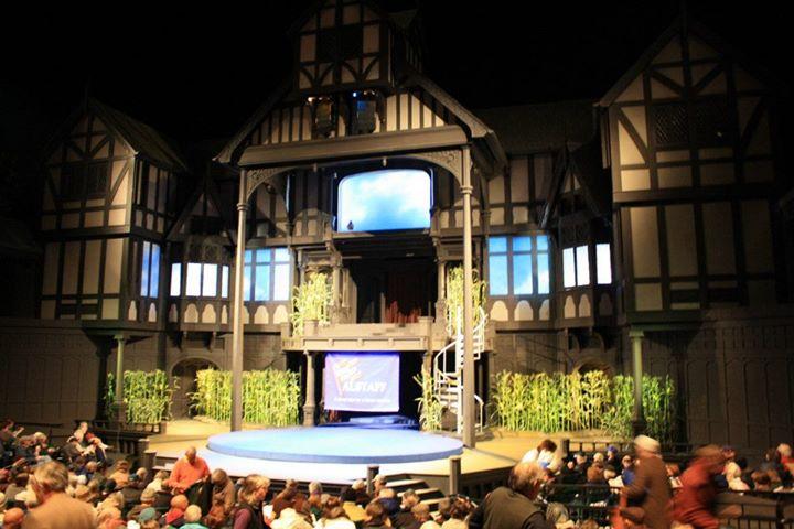 Divadlo připravené na záčátek Veselých paniček windsorských v provedení souboru z Iowy. Ano, scéna je skutečně plná vkusné umělé kukuřice.