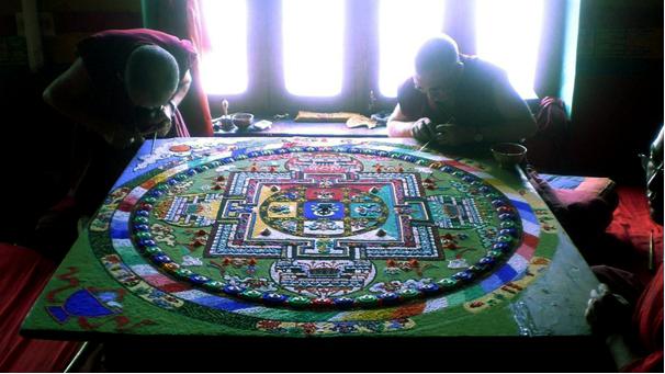 """Mniši pracují na unikátním uměleckém díle zvaném """"mandala"""""""