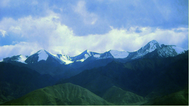 Výhled na horské vrcholky v okolí města Leh - nejvyšší horu tohoto pohoří (vpravo) – Stok Kangri 6 153m - se může odvážit zdolat ten, kdo se cítí ve formě a je již dobře aklimatizovaný