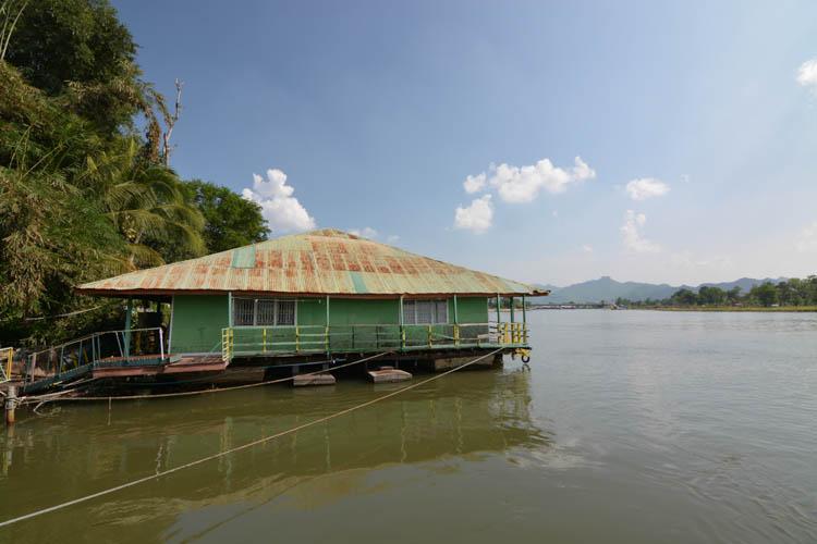 Pohled z jednoho domku na druhý - Sam's River Rafthouse, Kanchanaburi, Thajsko