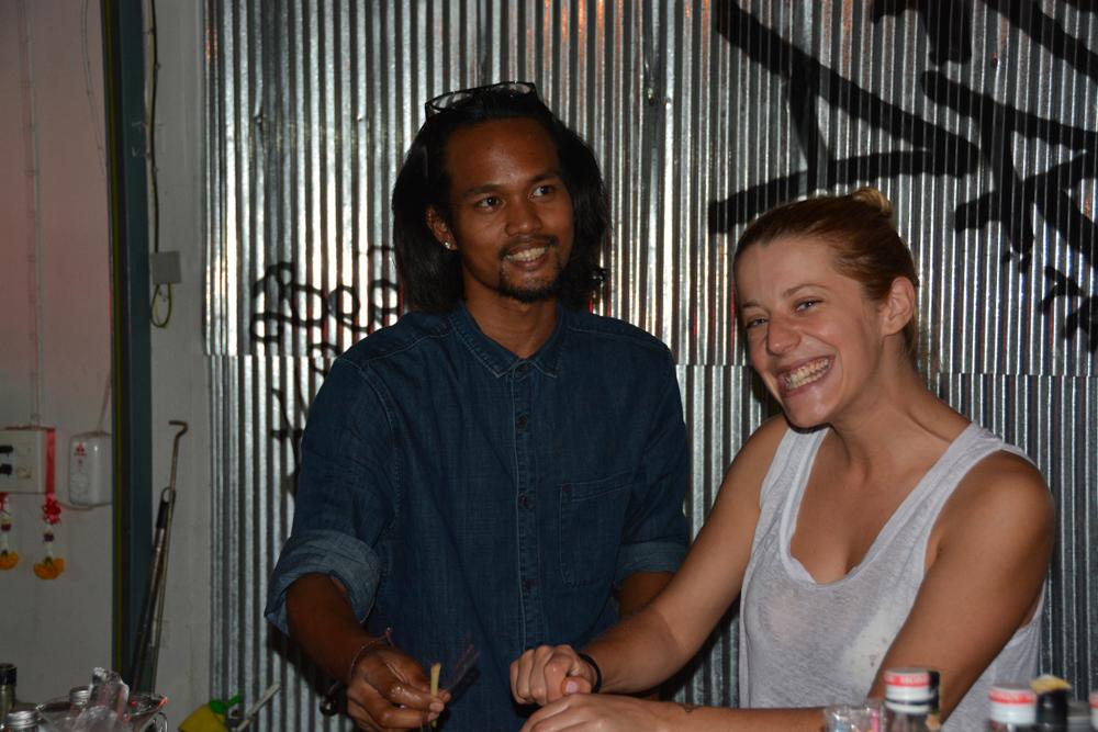 Majitel občas přizve na pomoc i někoho z hostů, je-li třeba připravit něco speciálního. Red Tanks Bar, Kanchanaburi, Thajsko