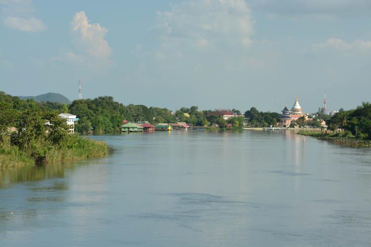 Po levé straně jde vidět dva plovoucí domky Sam's River Rafthouse, Kanchanaburi, Thajsko