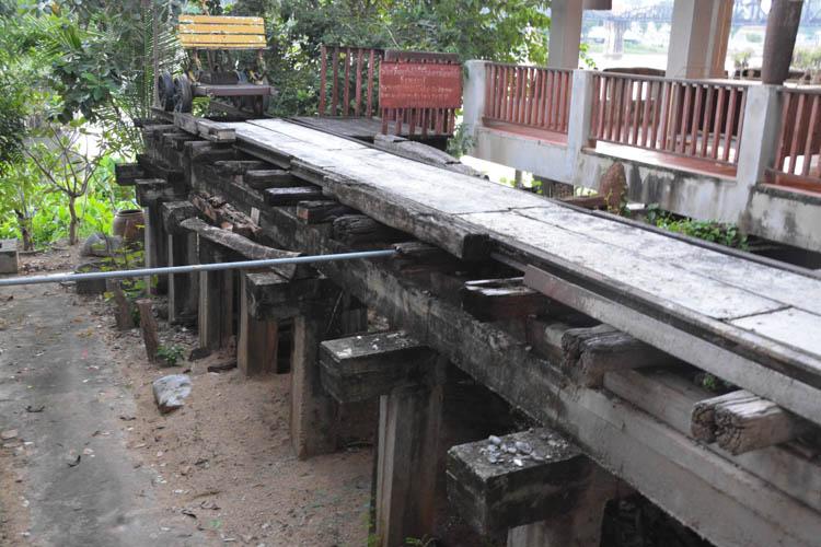 Původní piloty dočasného dřevěného mostu přes řeku Kwai, Kanchanaburi, Thajsko