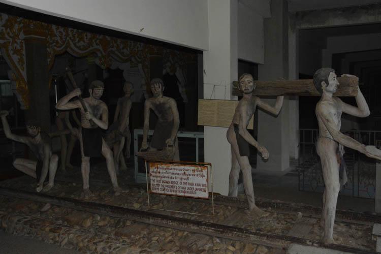 Expozice ve válečném muzeu JEATH, ukazující dělníky, pracující na stavbě mostu přes řeku Kwai.