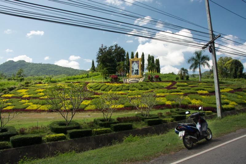 Cestou do národního parku Erawan na skútru. Provincie Kanchanaburi, Thajsko