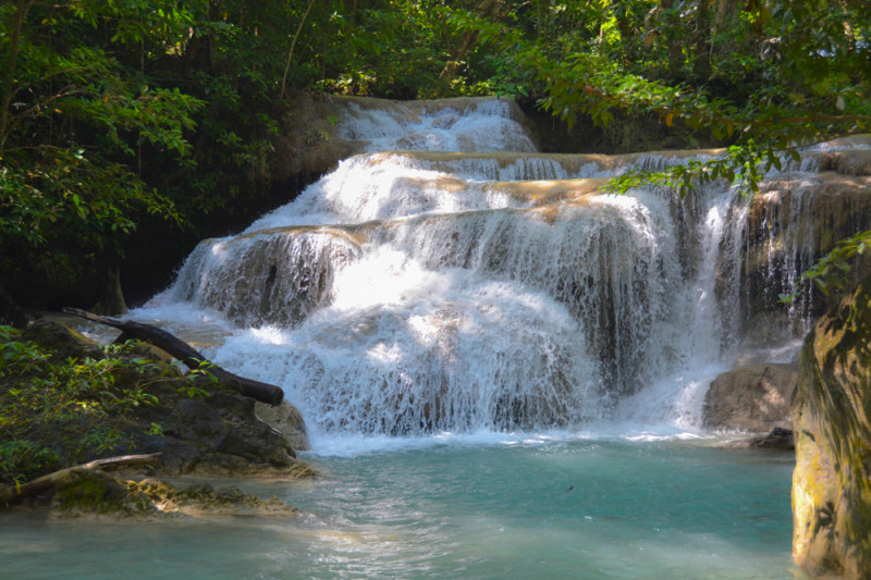 Jedna z prvních kaskád národního parku Erawan, provincie Kanchanaburi, Thajsko.