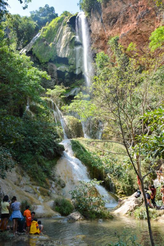 7. nejvyšší kaskáda národního parku Erawan, provincie Kanchanaburi, Thajsko.