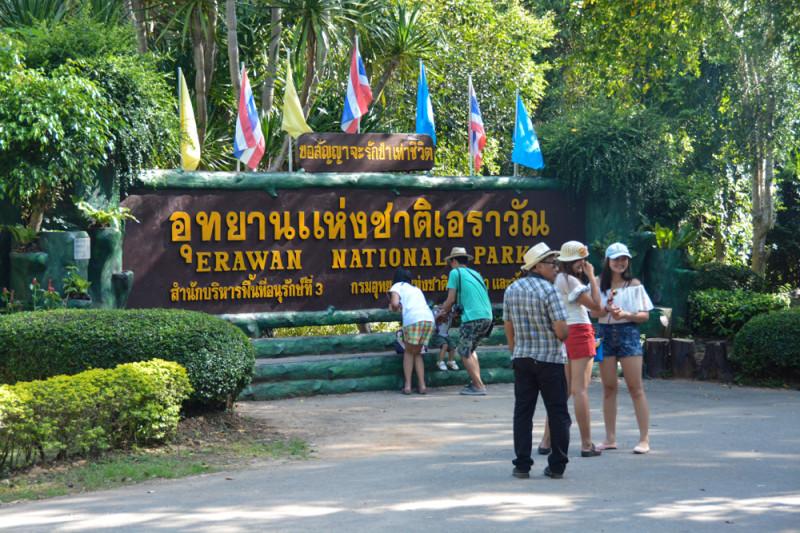 Vstup do národního parku Erawan je jen kousek od parkoviště skútrů. Provincie Kanchanaburi, Thajsko