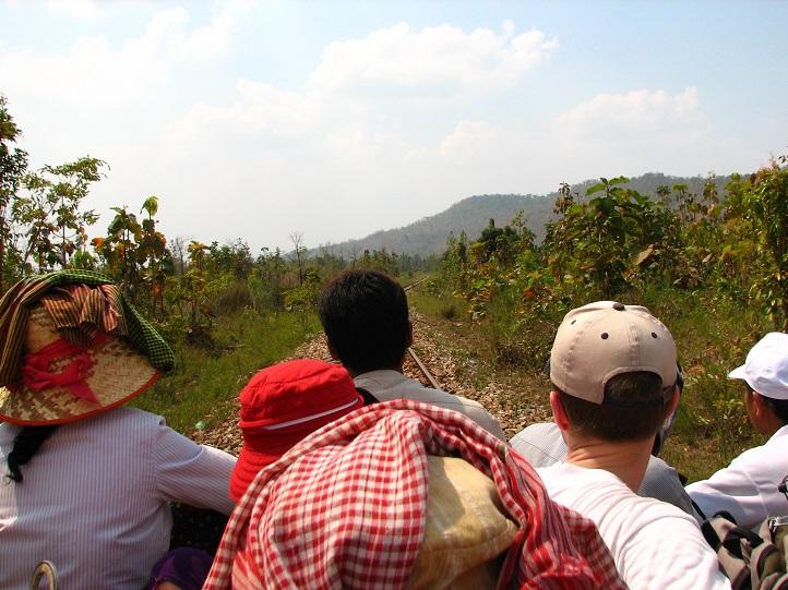 """Naplněný """"vlak"""" brázdící kambodžskou krajinu"""