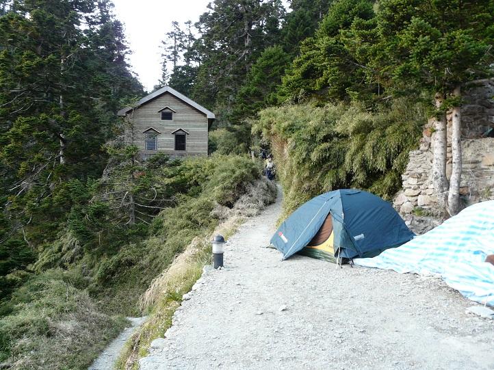 Improvizované tábořiště vedle chaty Paiyun Lodge (3402 m.n.m.)