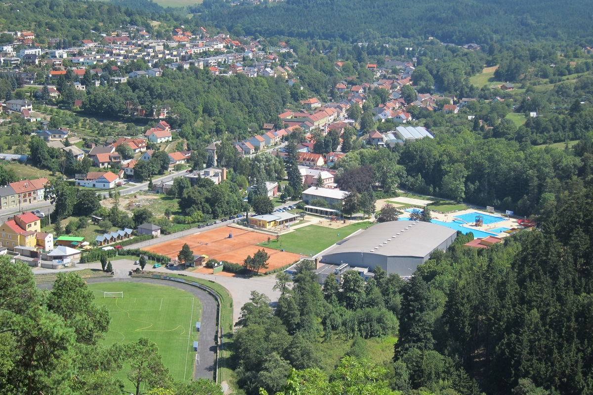 Pohled z boskovického hradu na sportovní areál. Vlevo je kemp Mlýn