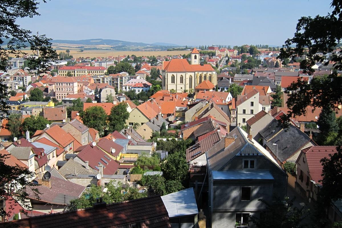 Pohled z areálu zámku směrem na kostel sv. Jakuba