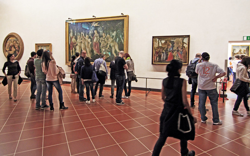 Na této fotce dominuje obraz Primavera (Jaro) od Sandra Botticelliho