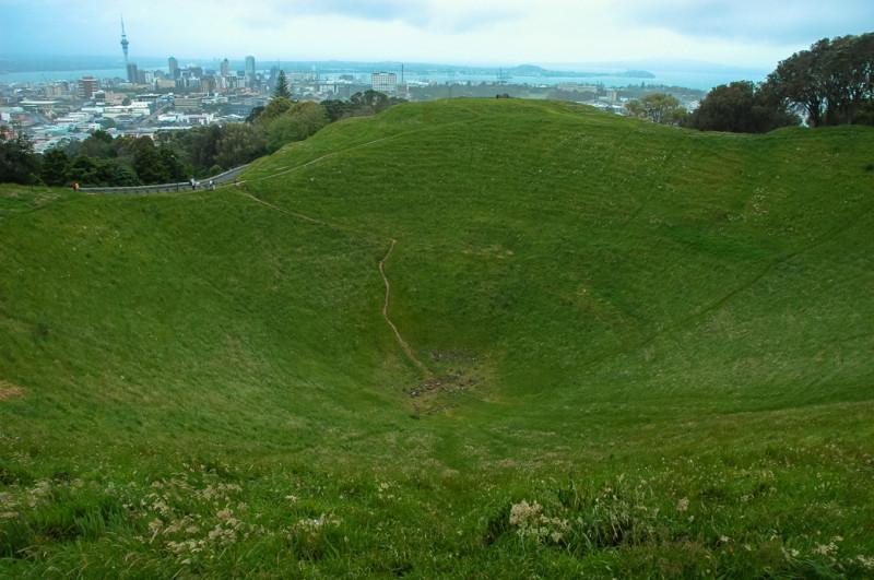 Pohled do kráteru na Mount Eden, Auckland