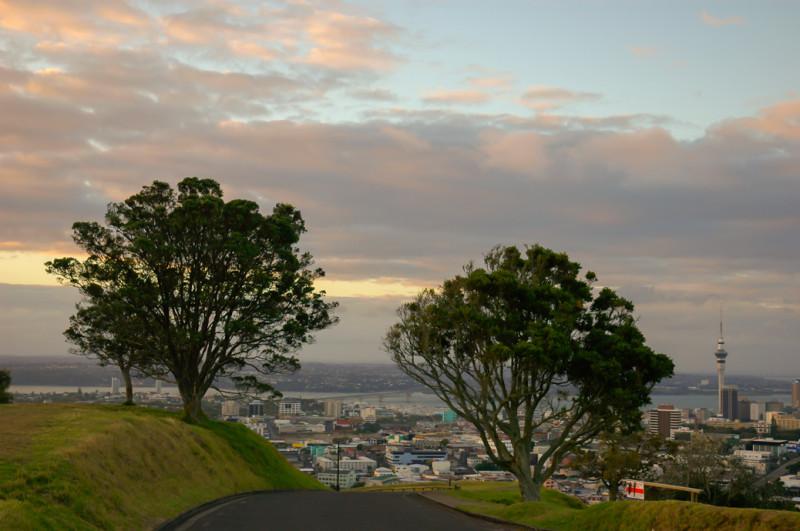 Příjezdová cesta na Mount Eden, kam se pohodlně dostanete až nahoru autem, Auckland, Nový Zéland