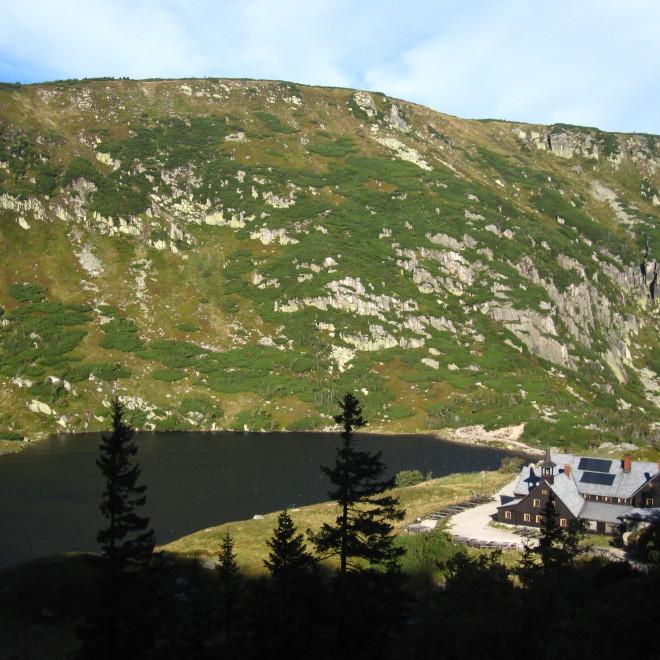 Ledovcové jezero Mały Staw a horská chata Samotnia