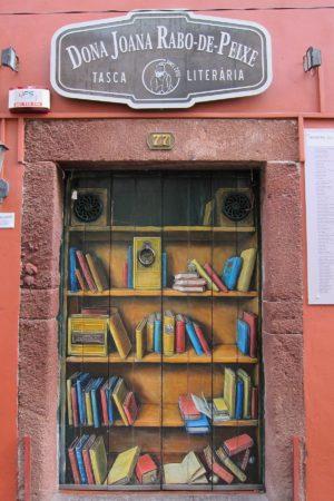 Za těmito dveřmi se skrývá restaurace, Funchal