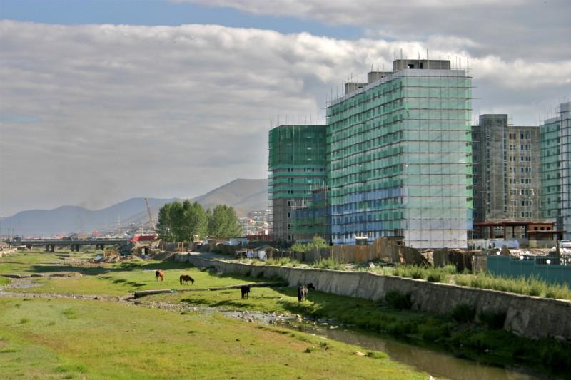 Mongolsko - I v Ulanbátaru dnes najdete budovy ze skla a betonu