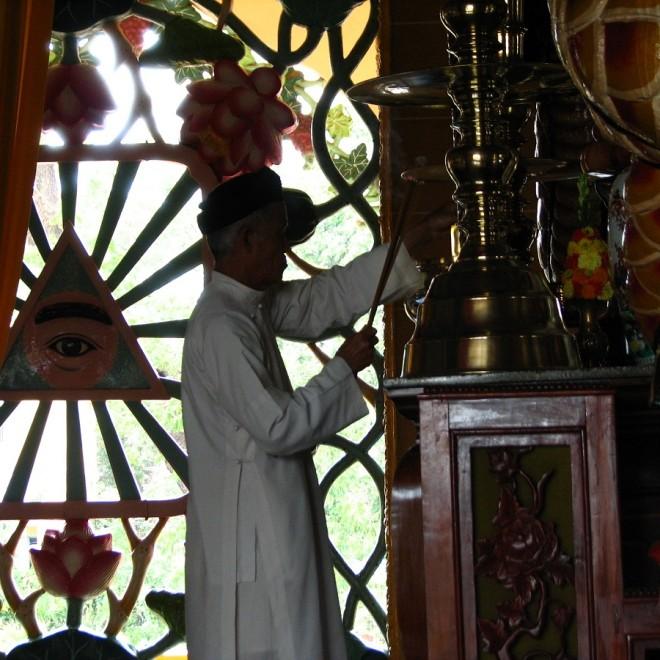 Mnich a za ním symbol vševidoucího božského oka