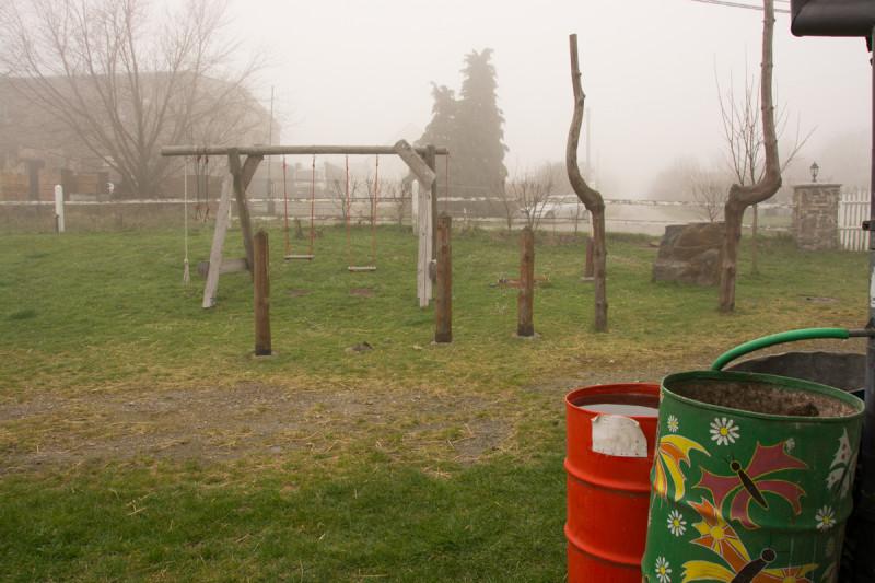 Koutek s houpačkami pro děti na rodinné bio farmě Šťastná Planeta pana Vítězslava Dostála.