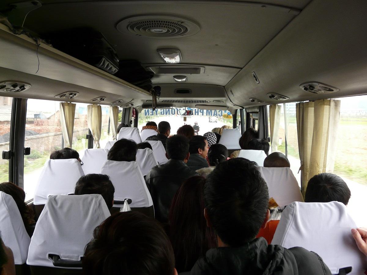 To, co původně sloužilo jako ulička, se už do posledního místa postupně zaplňuje dalšími cestujícími.