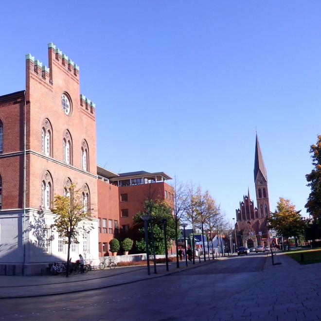 Hlavní náměstí Flakhaven (radnice) a Sankt Albani Kirke (v pozadí)