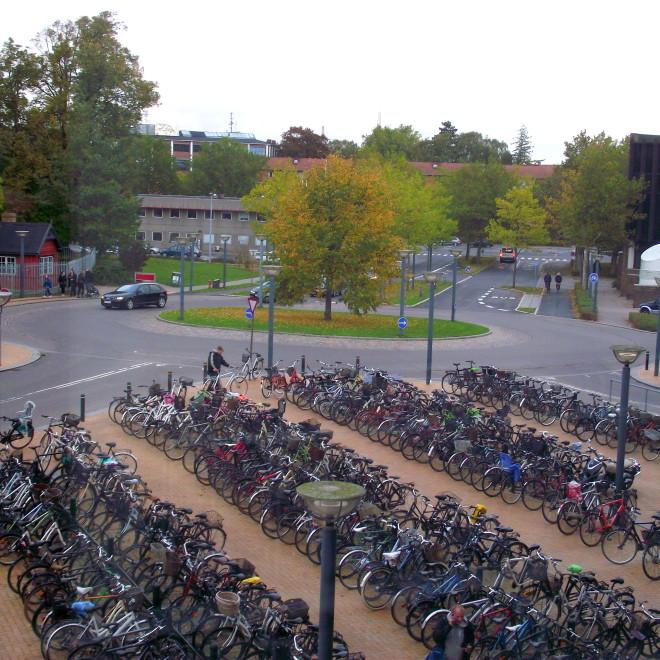 Cyklistická infrastruktura - jedno z parkovišť před vlakovým nádražím