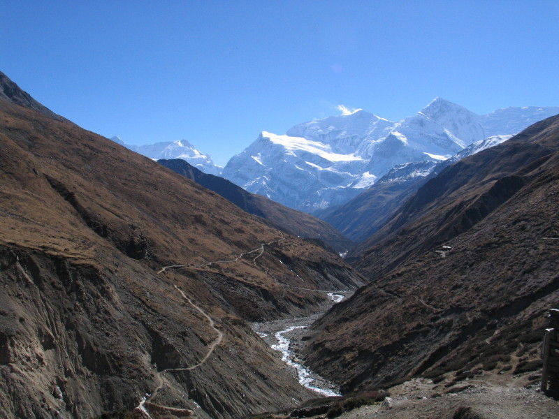 Pohled od Thorung Phedi směrem k Manangu na cestě po Annapurna Circuit trek.
