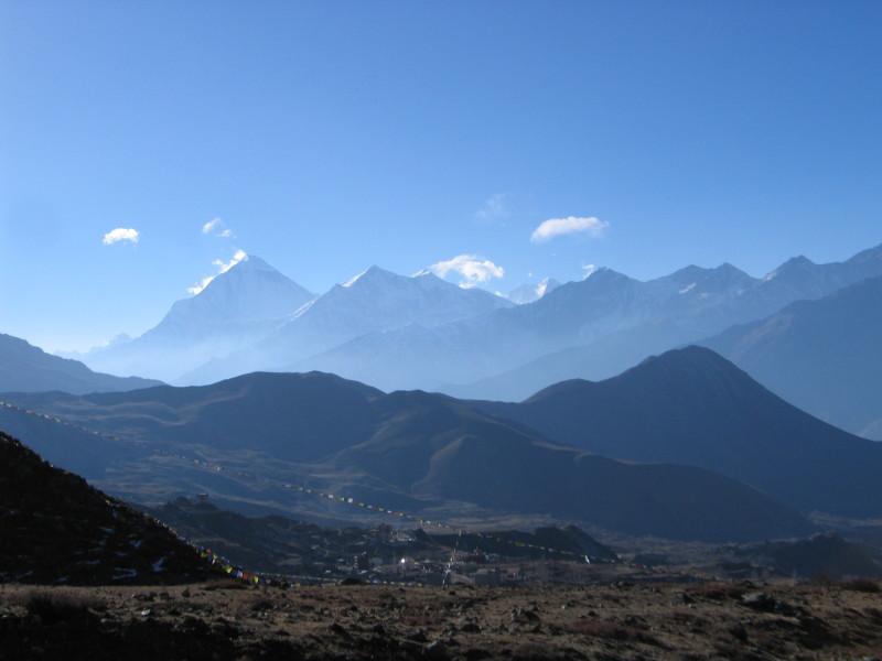 Pohled při sestupu z Thorung La do Muktinathu. Mohutná hora vleva je Dhaulagiri.