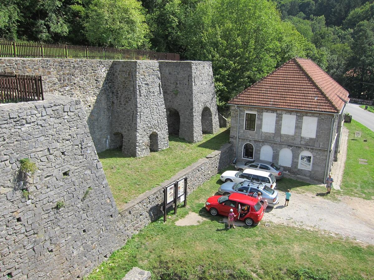 Stará huť u Adamova (vpravo budova bývalé modelárny, v níž je umístěna expozice Železářství střední části Moravského krasu.)